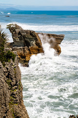 Olas rompiendo en las pancake rocks (Andrés Guerrero) Tags: agua airelibre beach coast costa mar newzealand nuevazelanda oceanía olas playa rocas rocks sea shore water waves westcoast