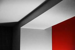 Du noir au rouge (Pi-F) Tags: espagne barcelone nb rouge mur plafond structure ombre gomtrie