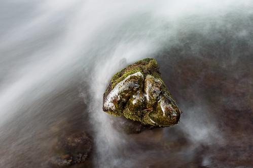 Le rocher face à l'eau