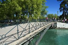 Annecy, pont des Amours (Ytierny) Tags: france annecy horizontal lac promenade arbre ville lampadaire hautesavoie pontdesamours alpesdunord canalduvassé venisesavoyarde ytierny