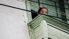 Observando la calle (Alejo Mateus) Tags: colombia child streetphotography nio balcn caldas marulanda fotografacallejera