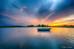 zon nog net niet onder (www.petje-fotografie.nl) Tags: water nijmegen bootje gelderland ooij reflectie lichtval ondergaandezon kbomen kleurenspectacel