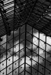 283 - Muse du Louvre (kosmekosme) Tags: musedulouvre muse du louvre paris france museum architecture art louvrepalace palace louvrepyramid pyramid pyramidedulouvre impei pei architect city 35mm 35mmfilm blackwhite sky cloud clouds cloudy abstract chainlink line lines pattern patterns building