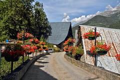 Un pont bien fleuri (Chemose) Tags: montagne mountain allemont bridge fleur pont flower granium geranium village isre dauphin france canon eos 7d aot t august summer hdr