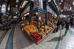 Frutas y verduras (Guillermo Relao) Tags: budapest pest hungra hungary nikon d90 ojodepez fisheye walimex 8mm friteria mercado mercadocentral kozpontivasarcsarnok