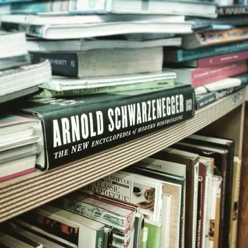 Ah le bouquiniste de Phuket  Arnold ou barbecue?  #schwarzenegger #barbecue #books #arnold #bbq #phuketoldtown #phuket