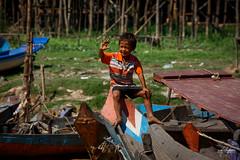 Jeune enfant nous saluant sur les rives du Tonl Sap (Aurlie Jouanigot) Tags: lac tonlsap pilotis child floatingvillage people cambodge villageflottant cambodia maison northouest lake tonlsap