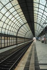 Station Berlin-Spandau (Elbmaedchen) Tags: architektur spandau berlin bahnhof station perspektive berlinspandau bahnsteig railway durchblick