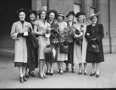 """The Women"" company: arrival in Sydney from Melbourne, January 1939 / photographer Sam Hood (State Library of New South Wales collection) Tags: standing outdoors women shoes play smiles hats row handbag eight 1939 actresses thewomen hatcase"