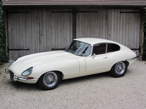 Jaguar E-Type 4.2 Series 1 FHC (1966).