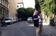 Robert Lender und Markus Ladsttter auf Motivsuche in der Mnzwardeingasse (Martin Ladstaetter) Tags: vienna wien photowalk vienne photowalkwien photowalkvienna pwvie