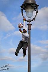Jongleur (welchomestef) Tags: montmartre jongleur ballon juggler