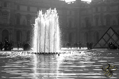 Lumière et eau (Thierry Poupon) Tags: louvre paris pyramide tuileries ciel contrejour eau jetdeau iledefrance france fr blackandwhite backlight water reflect reflet