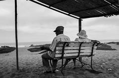 compañia (Cmura) Tags: 50mm canon white black blackandwhite chile coquimbo ivregión playa costa blancoynegro negro blanco ancianos pareja oldman bw beach