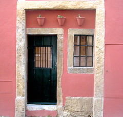 Beleza assim (Amrico Meira) Tags: door portugal window ventana puerta lisboa lisbon porta janela porte fentre alfama lisbonne challengeyouwinner concorrente pregamewinner
