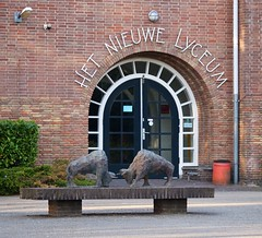 Ingang van Het Nieuwe Lyceum (ednl) Tags: school sculpture brick netherlands statue architecture bronze outdoors spring walk nederland sculptuur sunny april lente bullfight bilthoven buiten architectuur beeld wandeling debilt brons voorjaar baksteen zonnig provincieutrecht stierengevecht utrechtprovince 2013 jansteenlaan hetnieuwelyceum