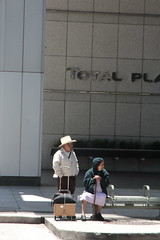 usa_56 (Franz-Rudolph) Tags: plaza old city usa bus couple downtown texas houston innen stop stadt total haltestelle metropole altes ehepaar