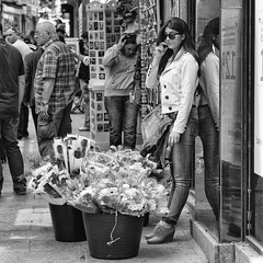 Selling flowers (soriano.jorge) Tags: madrid lugares plazamayor