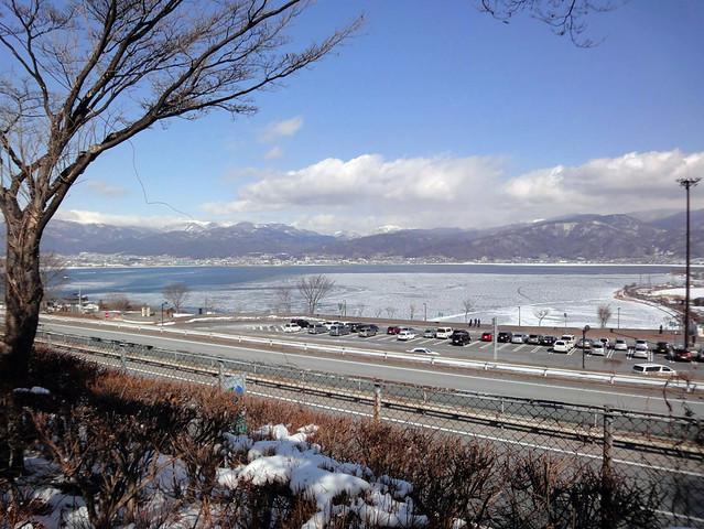 諏訪湖サービスエリアから凍結した諏訪湖を望む|諏訪湖SA(下り)