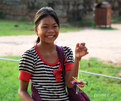 The child vendor at Srah Srang Temple (pinnee.) Tags: children asia cambodia southeastasia cambodian cambodians khmer khmerpeople child siemreap banteaykdei templecity kampuchea srahsrang khmersmile khmersmiles asiaimages childreninsiemreap southeastasiaimages cityoftemples kampuchean cambodiansmile srahsrangtemple srahsranglake khmerppl