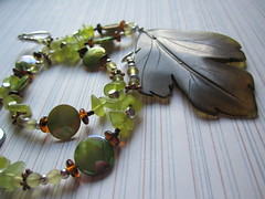Serpentine leaf necklace with mother of pearl (designbysunzeri) Tags: poeticnotionsjewelry leafnecklace stonenecklace beadnecklace beadednecklace chipnecklace greennecklace motherofpearlnecklace