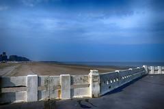 lekker weertje . (roberke) Tags: zee sea noordzee northsea beach strand sand zand pier beton sky lucht clouds wolken blauw bleu blue blankenberge westvlaanderen belgium belgie outdoor horizon sun zon