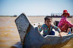 Enfant avec sa maman naviguant sur les rives du Tonl Sap (Aurlie Jouanigot) Tags: lac tonlsap pilotis child floatingvillage people cambodge villageflottant cambodia maison northouest lake tonlsap
