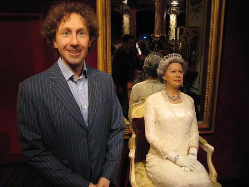 085 Paris - Musee Grevin - Stéphane Bern - Elisabeth II du Royaume-Uni