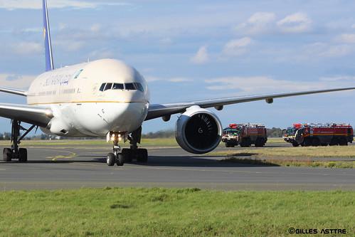 LFPG 13 Octobre 2013 Boeing 777 Saudi Arabian suivi des pompiers HZ-AKG
