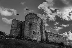 90/100x - Criccieth Castle (eskayfoto (aka Nomis.)) Tags: canon eos 700d t5i rebel canon700d canoneos700d rebelt5i canonrebelt5i monochrome mono bw blackandwhite 100x 100xthe2016edition 100x2016 image90100 sk201609291340editlr sk201609291340 lightroom cricciethcastle castellcricieth castell cricieth castle wales gwynedd northwales llywelynthegreat cadw ruin ruinous ruined fort fortify fortification lleyn lleynpeninsula llnpeninsula lln peninsula medieval stone gatehouse walls flag clouds cloud cloudy sky skies welshcastle welsh tower