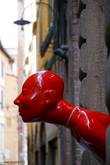 Red (Ineke Klaassen) Tags: red head statue lucca tuscany shop toscana toscane art pieceofart peepingtom looking street streetview streetart straatkunst italy italia sony alpha 6000 sonyimages rood rot rosso rouge rojo e55210mm 25faves 2550fav 1000views