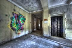 Une touche de couleur (urban requiem) Tags: tag graf graffiti urbex urban exploration abandonné abandoned verlaten verlassen lost old decay derelict hdr 600d 816 france hotel hercule hotelhercule