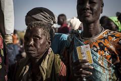 V-P-SS-E-00579.jpg (ICRC) Tags: food woman de person south femme sudan file du aid elderly foule personne assistance distribution signe sud carte republique agee alimentaire vivres dattente cicrsoudan