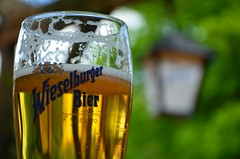 Head isu! (anuwintschalek) Tags: beer glass austria spring essen may klaas bier lantern werbung moser laterne glas niedersterreich mittagessen latern gasthaus frhling wieselburger kevad lu 2015 bierglas gutenappetit wallfahrtsort schanigarten reklaam wieselburgerbier luna mariahilfberg d7k headisu nikond7000 lleklaas palvernnukoht gasthausmoser 18140vr kehakinnitus