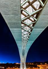 Bajo el puente (Perurena) Tags: puente brigde arquitectura estructura ponte horaazul noche night nocturna duero douro pontedaarrabida oporto portugal