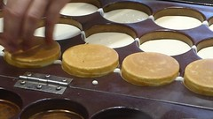 Making manju (seikinsou) Tags: japan osaka autumn tennoji departmentstore shop manju video cake bean