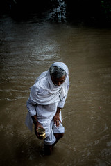 Varanasi, India (Aicbon) Tags: verde varanasi ganges monsoon munsun monzon lluvias august summer indiansummer man hombre santo agua sangrado sangrada hindu diluvio crecidaganges india people benares
