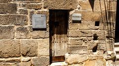 2220  Mazmorras (Ricard Gabarrs) Tags: calle edificio monumento mazmorra carcel prision madera puerta ricardgabarrus olympus ricgaba piedra pared