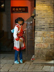 The Naxi Girl (Christian Lagat) Tags: china street girl night phone  yunnan rue nuit fille lijiang chine naxi tlphone   sonynex6