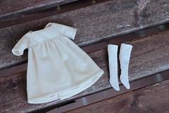 Vestido beis de algodón con calcetines a juego y colgante de bronce