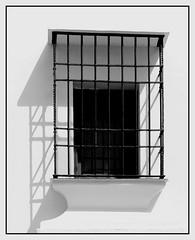 LUZ Y SOMBRA..... (MONTXO-DONOSTIA) Tags: luz sombra ronda contraste balcon rejas