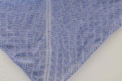 _DSC6058 (KateSi) Tags: tejer tejido tricot tricoter tricotage knitting knit strikke strikking lace semiprecious knitty sjal shawl châle chal blonde encaje purple lilla lila lilas violet purpura violeta