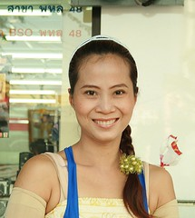 queen of the street vendors (the foreign photographer - ) Tags: pretty woman sidewalk vendor phahoyolthin road bangkhen bangkok thailand canon kiss 400d