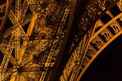 Eiffel - Caos y armonia (Juan Ig. Llana) Tags: paris ledefrance francia torreeiffel extructura vigas hierro remaches caos noche nocturna