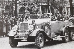 Luftwaffe commander Hermann Göring at the Mercedes-Benz G-4. Based on what I know, is behind Sepp Dietrich, Arthur Seyss-Inquart and Karl-Heinrich Bodenschatz