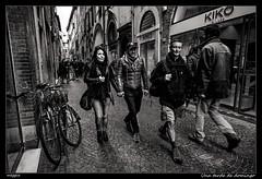 Una tarde de domingo (meggiecaminos) Tags: italia italy toscana tuscany lucca streetphotography street strada calle urbanlandscape fotografaurbana gente people donna ragazza uomini hombres men bicicleta bicicletta bicycle shops tiendas negozi bw bn bianco blanco black negro nero white viafillungo