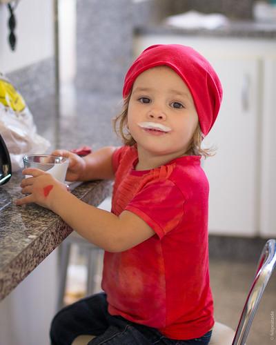 Tomando iogurte na casa do vovô