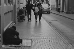 Resquicios del primer mundo - Reto Tristeza (alexrf96) Tags: alexrf96 aleruiz alejandroruiz alejandroruizfernndezdeangulo photo photograph foto fotografa canon canonista sevilla seville andaluca andalusia espaa spain blancoynegro blanconegro blackandwhite blackwhite social society sociedad critic crtica socialcritic crticasocial pobreza poberty man hombre poor pobre beggar beg retrato portrait robado stolen retratorobado stolenportrait calle street city ciudad