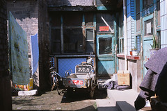 Facade (Purple Field) Tags: china street color film analog zeiss 35mm iso100 alley fuji rangefinder contax carl g2 中国 shanxi provia 散歩 45mm pingyao planar 100f 路地 f20 カラー 富士 rdpiii rdp3 銀塩 山西省 フィルム レンジファインダー コンタックス アナログ 平遙 プロビア プラナー stphotographia カール・ツァイス