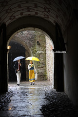 Walking in the rain (tommyajohansson) Tags: castle rain geotagged sweden schweden strangers stranger smland sverige schloss traditionalcostume peopleidontknow regn peoplewatching kalmar faved sude slott walkingintherain kalmarcastle kalmarslott sverigedrkt folkdrkt tommyajohansson kalmarschloss